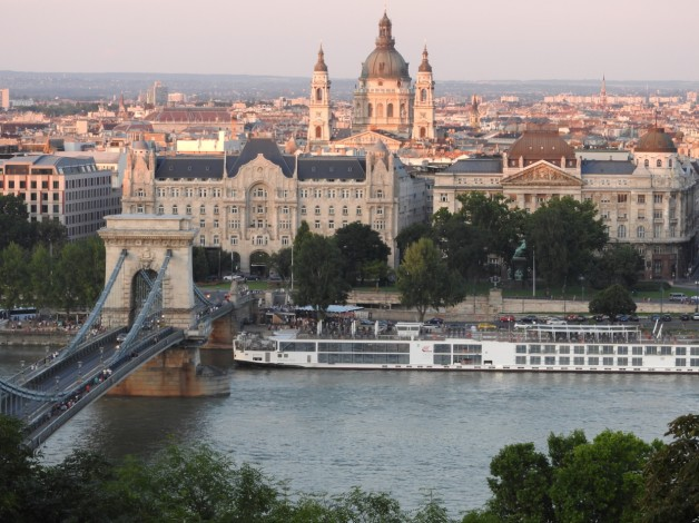 4-Course Dinner Menu with Tapas Bites – Private Boat Rental Budapest